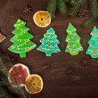 Gingerbread-Christmas trees with colored glaze on the wooden background — Stock Photo