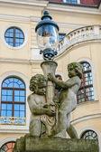 Estátua de dois anjos com lâmpada — Fotografia Stock