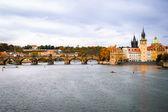 Widok charles most i vltava rzeka w Pradze — Zdjęcie stockowe