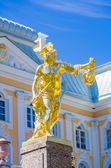 Perseus gold statue in Peterhof — Stock Photo