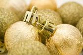 Dourado enfeites de natal, estrelas, sino e fita — Foto Stock