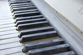 Old anticque piano painted in white colour and its keys — Foto de Stock