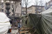 Militaire tenten langs chresjtsjatyk straat in kiev — Stockfoto