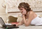 Laptop ile kız — Stok fotoğraf