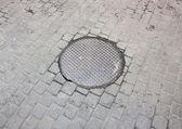 Kanalizasyon kapağı sokak. — Stok fotoğraf