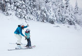 Mother Teaching her Child to Ski at Mont-Tremblant Ski Resort, Q — 图库照片