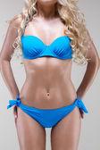 Slank model in blauwe bikini, studio opname — Stockfoto