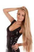Parlak siyah elbiseli güzel sarışın kadın — Stok fotoğraf