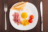 Stekt ägg med rostat bröd, skinka och körsbärstomat — Stockfoto