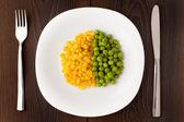 Heap von Mais und Erbsen auf Platte — Stockfoto