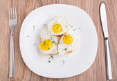 Fried quail eggs on baguette — Stock Photo