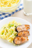 Mashed potatoes with fried salmon — Stockfoto