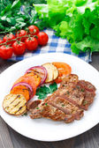 Steak with grilled vegetables on a plate — Stock Photo