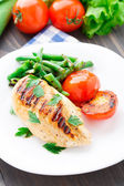 Grilled chicken with green beans and tomatoes — Stockfoto