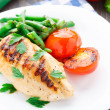 Grilled chicken with green beans and tomatoes — Stock Photo