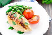 Grilled chicken with green beans and tomatoes — Foto Stock