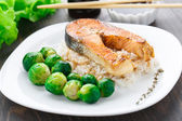 Fried salmon with rice and brussels sprouts — Zdjęcie stockowe
