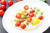 Fried eggs with cherry tomatoes — Zdjęcie stockowe