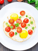 Fried eggs with cherry tomatoes — Stock Photo