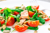 Salad with arugula, salmon and cherry tomato — Zdjęcie stockowe