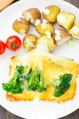 Broccoli gratin with cheese and baked potato — Stockfoto