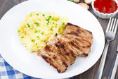 Grilled ribs with mashed potato — Stock Photo