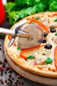 Pizza with chicken, pepper and olives — Stock Photo