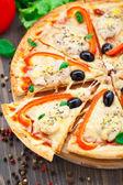 与鸡、 胡椒和橄榄比萨 — 图库照片