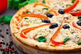 Pizza con pollo, pimiento y aceitunas — Foto de Stock