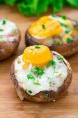 Gefüllte champignons mit eiern — Stockfoto