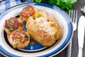 Jacket potato with meatballs — Stock fotografie
