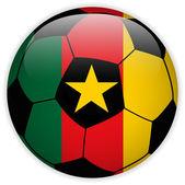 サッカー ボールの背景とカメルーンの国旗 — ストックベクタ