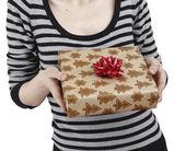 Mladá žena držící dárek — Stock fotografie