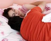 Jong koppel samen slapen. — Stockfoto