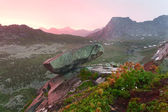 Hanging stone in Ergaki ridge under the sunset — Stock Photo