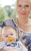 Mother with her baby for a walk in the park — Stock Photo