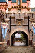 Castello di fantasia con bandiere e cancello in ferro — Foto Stock