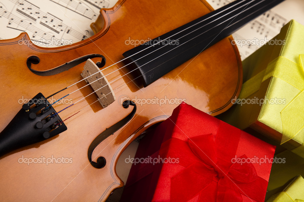 Gift and violin — Stock Photo #14435019