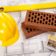 Hard hat with bricks and trowel - Foto Stock