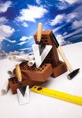Ladrillo, planes de construcción y herramienta llana — Foto de Stock