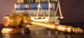Soudci kladívkem a právní knihy — Stock fotografie