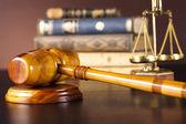 Yargıçlar tokmak ve hukuk kitapları — Stok fotoğraf