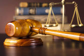 закон тема, молоток судьи, деревянный молоток — Стоковое фото