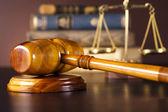 Tema di diritto, martello del giudice, martelletto in legno — Foto Stock