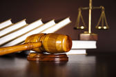 Bir kanun kitabı üzerinde yasal tokmak — Stok fotoğraf