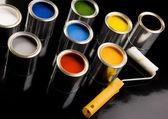 Dosen Farbe und roller — Stockfoto