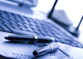Stift auf laptop — Stockfoto
