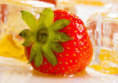 Cold strawberries with honey combs — Stock Photo