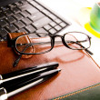 Notebook & Business objects — Stockfoto