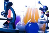 стекло микроскопа и атом & лаборатория — Стоковое фото